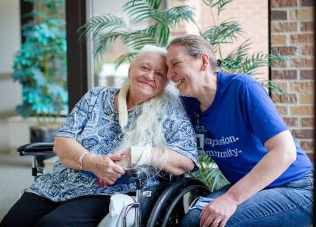 Koronavirüse yakalanıp kolunu kırınca 53 yıl önce ayrıldığı kız kardeşine kavuştu