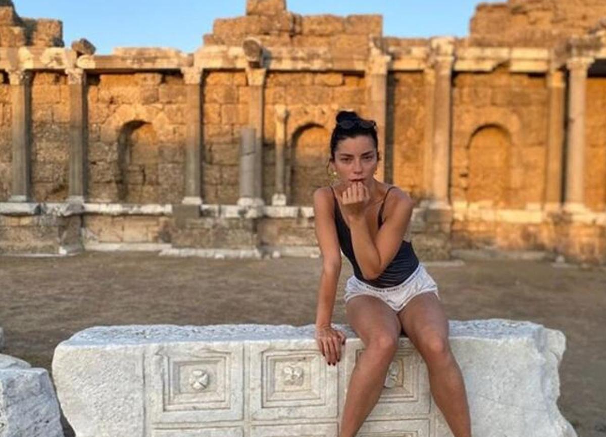 Merve Boluğur, Antalya'da verdiği tatil pozunu takipçileriyle paylaştı