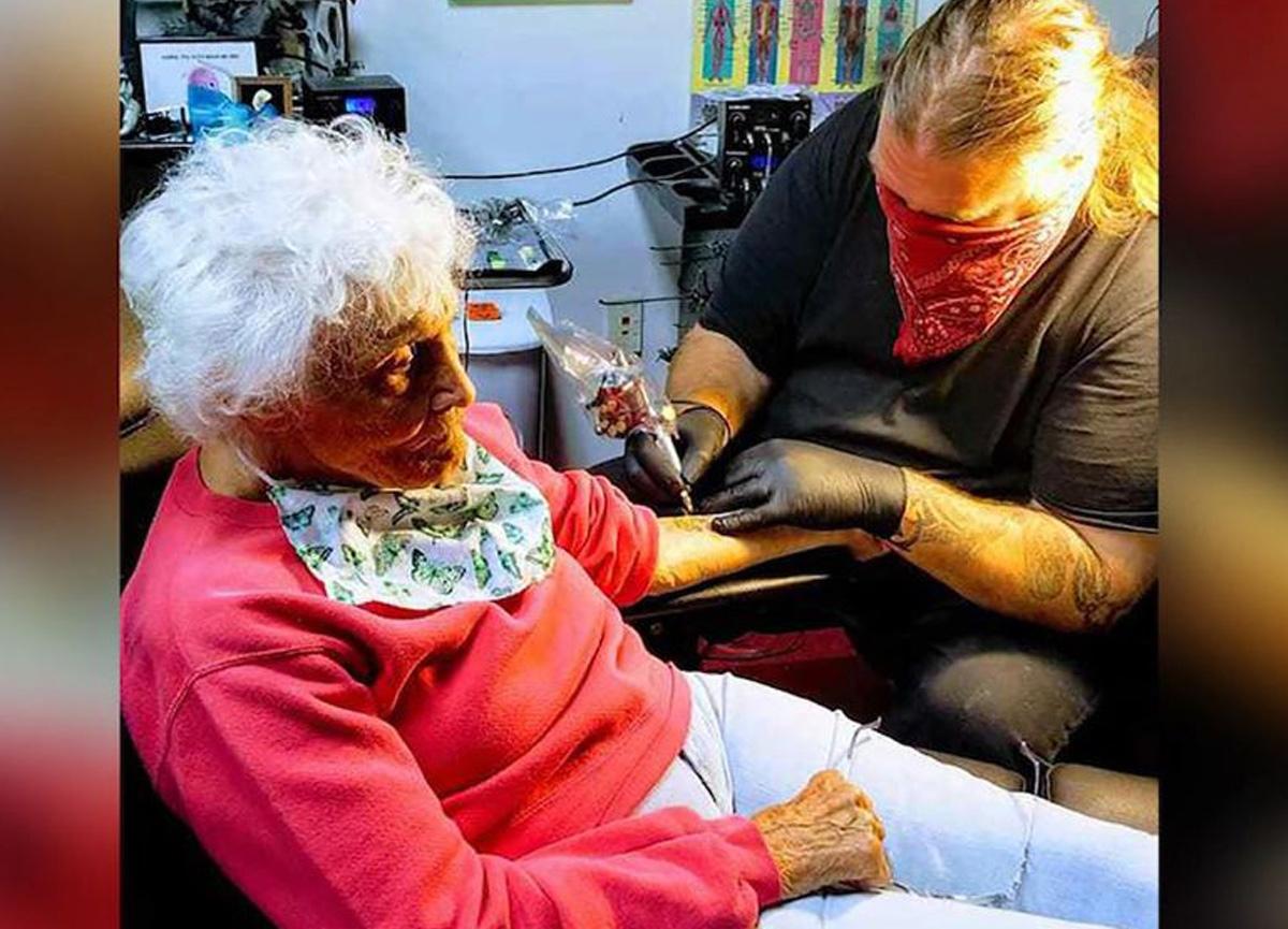 4 aydır karantinada olan 103 yaşındaki yaşlı kadın çıkar çıkmaz dövme yaptırdı