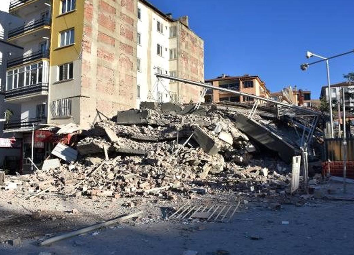 Depremde hasar gören bina yıkım sırasında çöktü