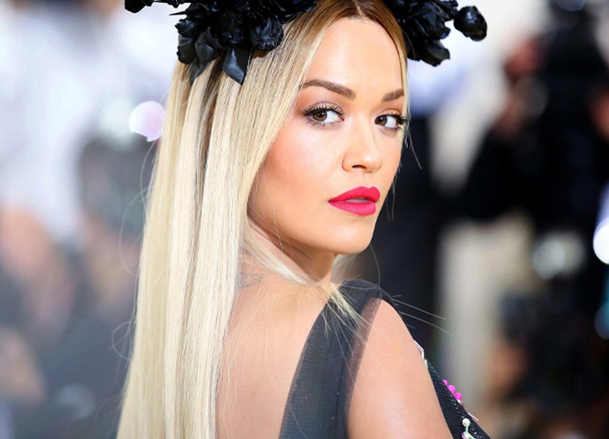 Şarkıcı Rita Ora havuzda verdiği üstsüz pozuyla sosyal medyayı salladı