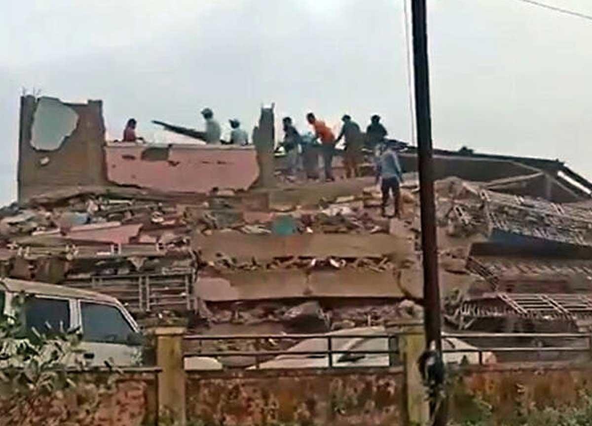 Hindistan'da 5 katlı bina çöktü! 90 kişi mahsur kaldı