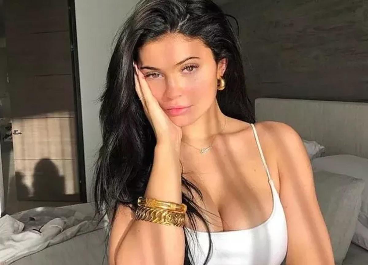 Kylie Jenner beyaz bikinisiyle beğeni yağmuruna tutuldu!