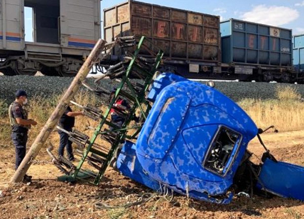 Elazığ'da korkunç kaza! Trenin çarptığı traktör ikiye bölündü