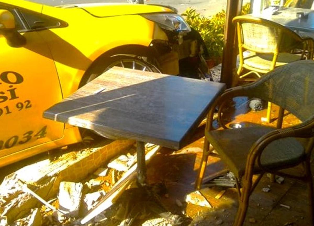 Kaza yapan ticari taksi kafeye daldı