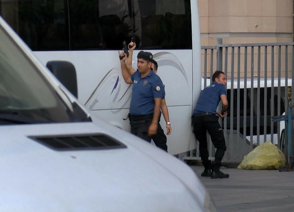 SON DAKİKA   Çağlayan Adliyesi'nde silahlı çatışma! Gözaltılar var...
