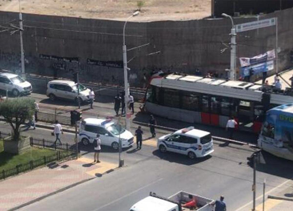 İstanbul'da korkulu anlar! Güngören'de tramvayla otomobil çarpıştı