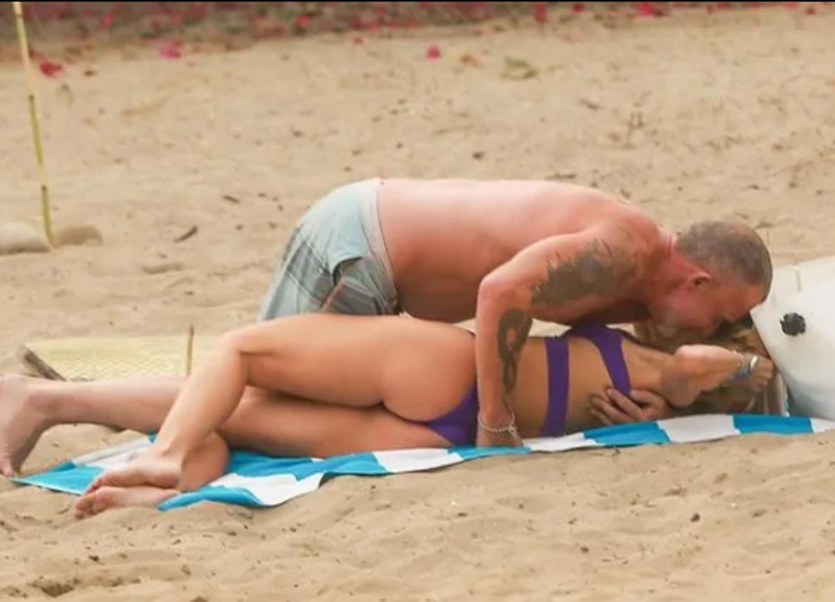 AnnaLynne McCord ve Dominic Purcell plajda aşka geldi! Sarmaş dolaş görüntülendi...