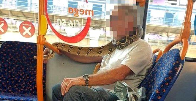 Olayı çok yanlış anlamış! Yaşlı adam otobüste maske yerine yüzüne yılanı dolayıp yolculuk etti