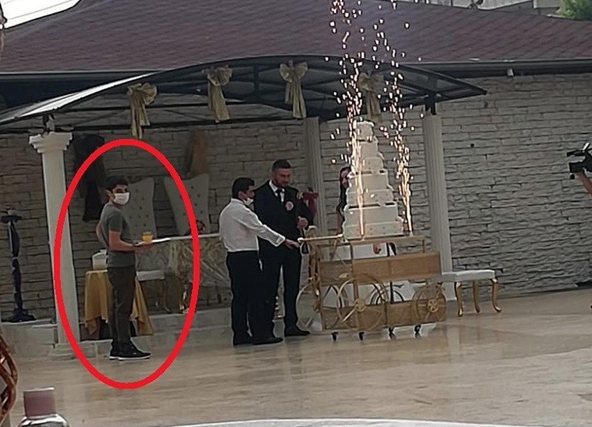 Karantinada olması gerekirken düğün salonunda çalışırken görüntülendi