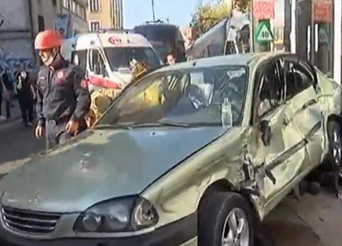 İstanbul'da korkunç kaza! Tramvay ile otomobil çarpıştı...