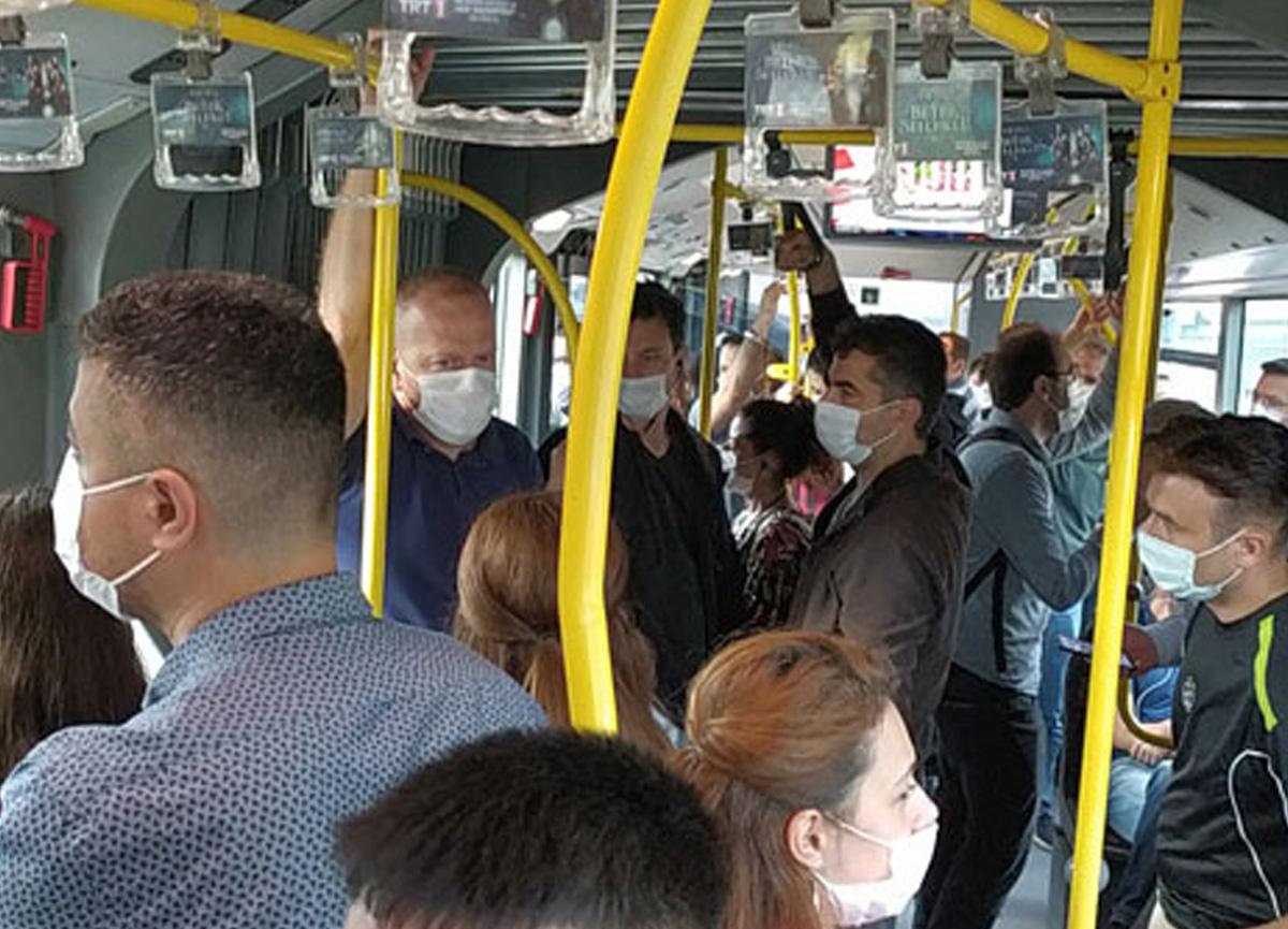 Metrobüsü kullanan yolcuların sosyal mesafe kuralına uymadığı görüldü