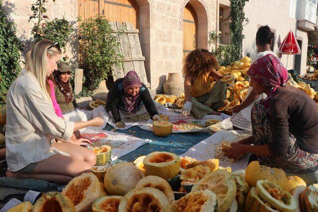 Dünyaca ünlü mankenler Kapadokya'da pekmez kaynatıp, salça yaptı!