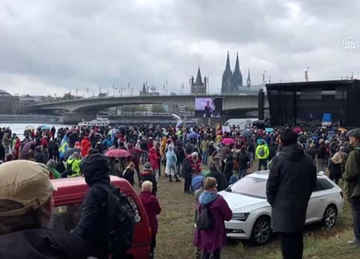 Binlerce Alman koronavirüs kısıtlamalarını protesto etmek için toplandı