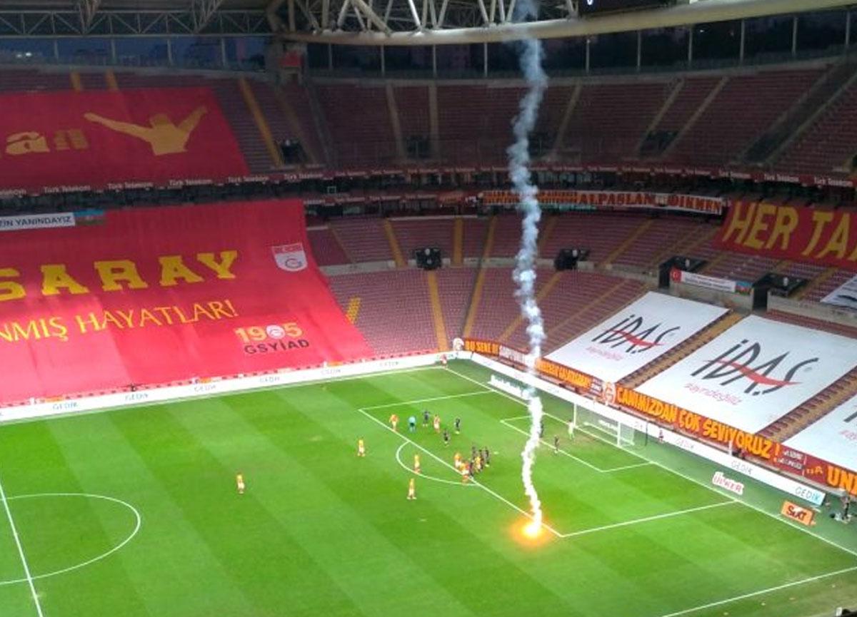 Seyircisiz oynanan Galatasaray Fenerbahçe derbisinde ilginç anlar! Sahaya meşale atıldı