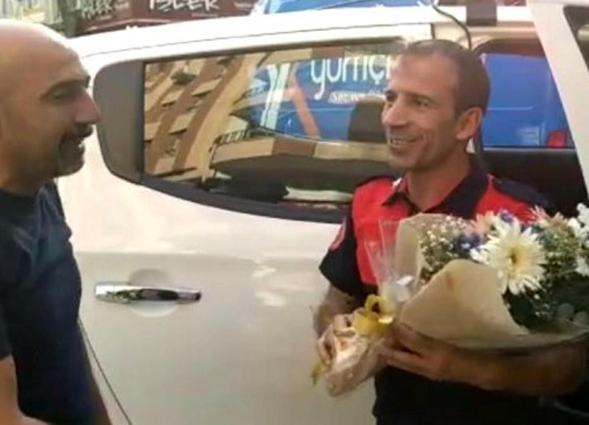 İhbara gelen itfaiyeciler çiçeklerle karşılandı