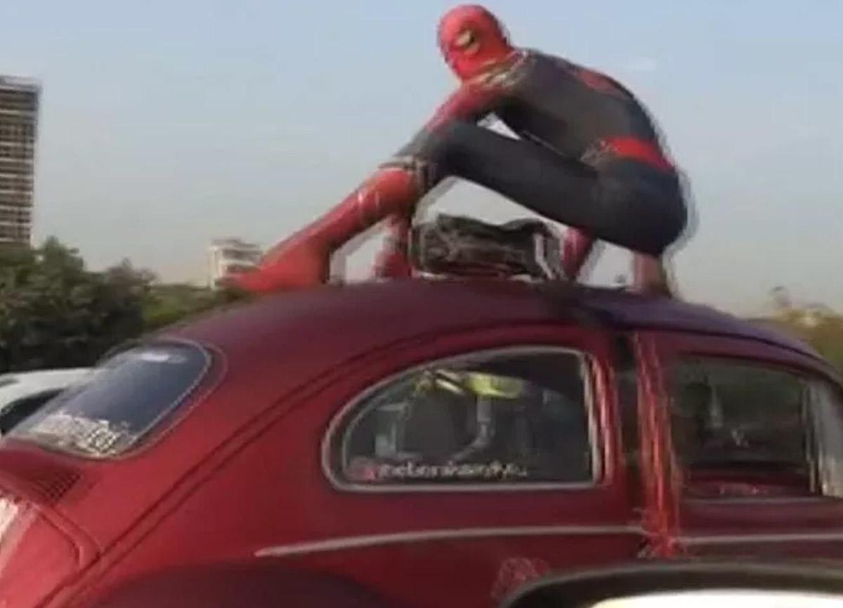 Ataşehir'de 'Örümcek Adam' şaşkınlığı! Görenler cep telefonuna sarıldı...