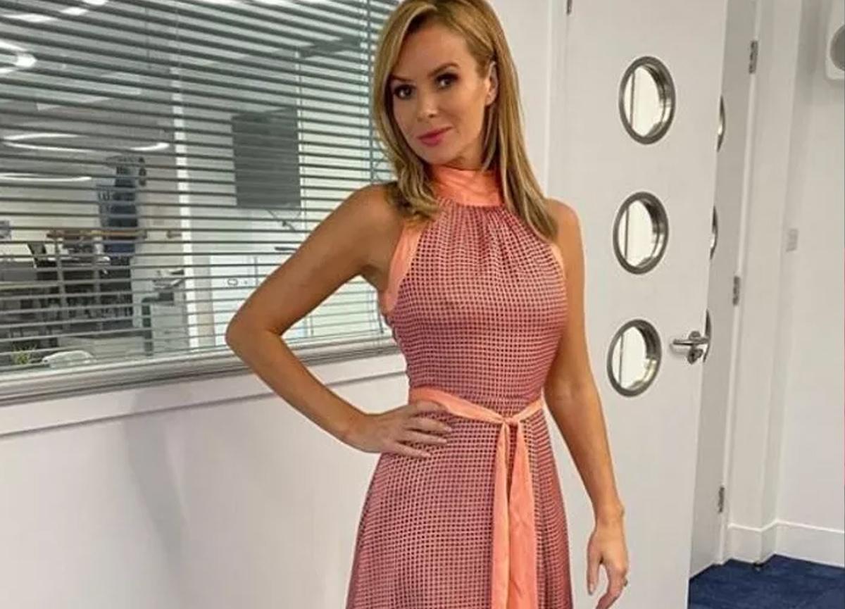 Amanda Holden'ın göğüsleri olay oldu! Dekolte elbisesi aşağı kayınca...
