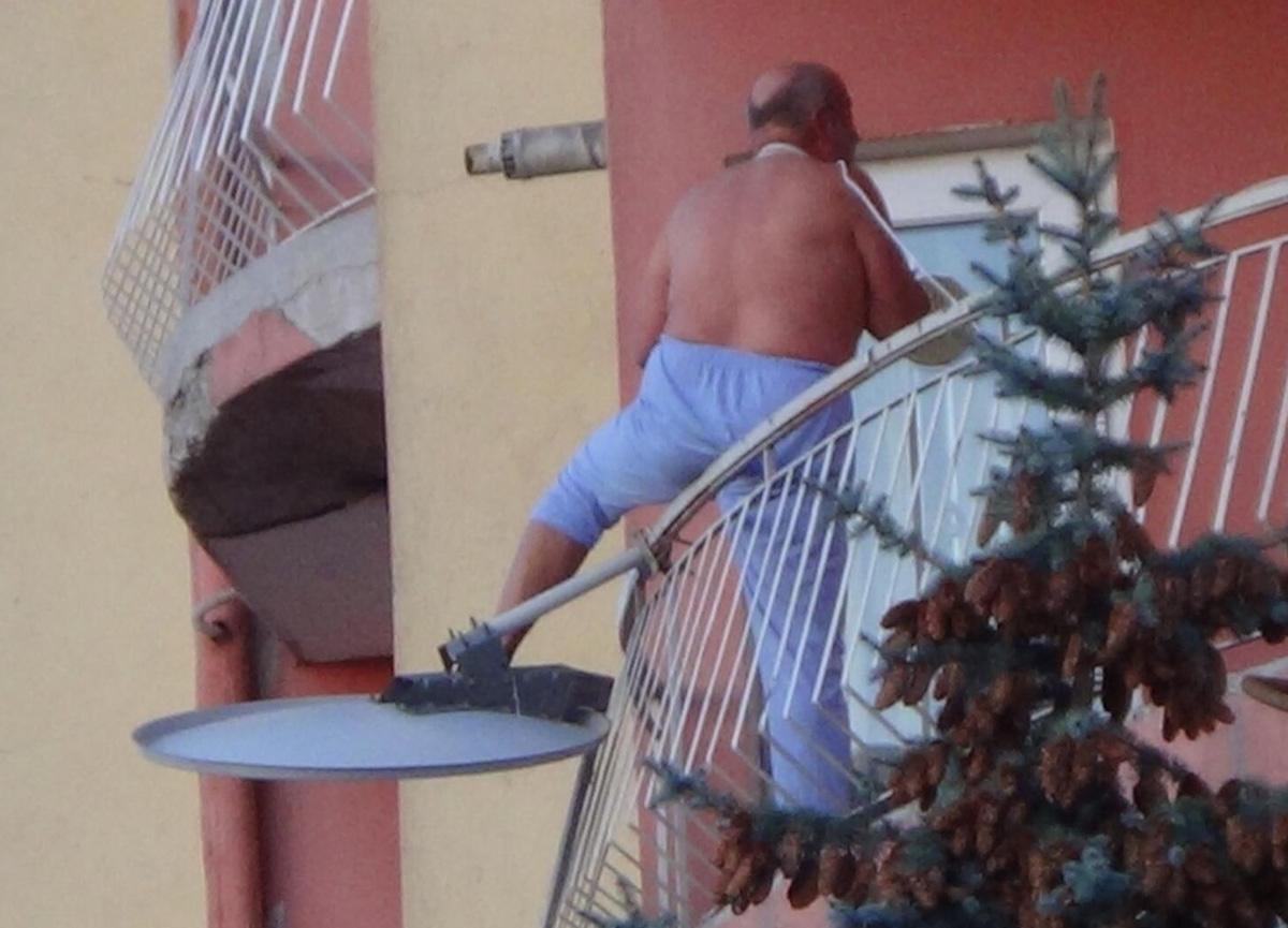 Psikolojik rahatsızlığı olan bir kişi eline bıçak alıp, boynuna kablo bağlayarak balkondan atlamak istedi