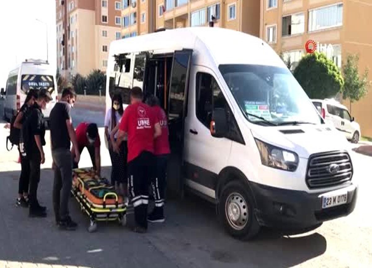 Elazığ'da seyir halindeki minibüsten düşen kadın yaralandı
