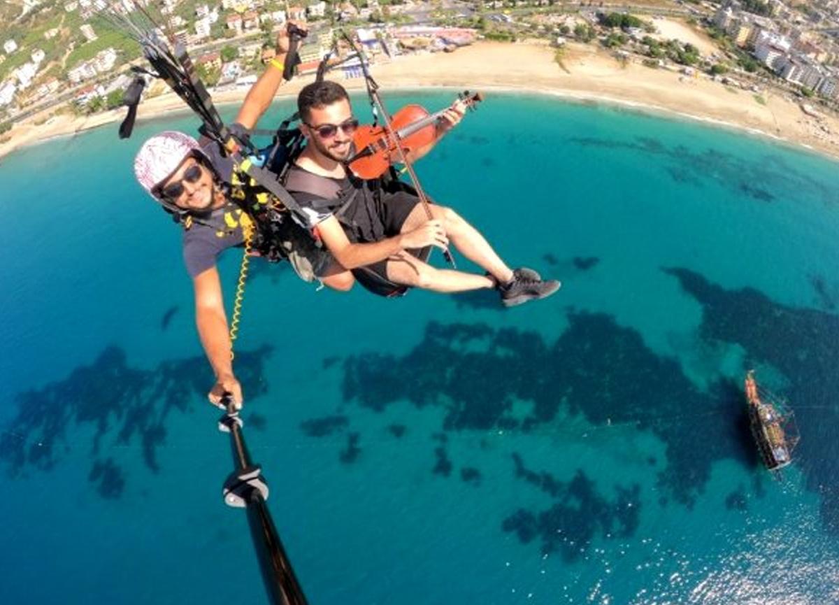 Çorumlu paraşütçü Antalya'da gökyüzünde kemanla türkü çaldı