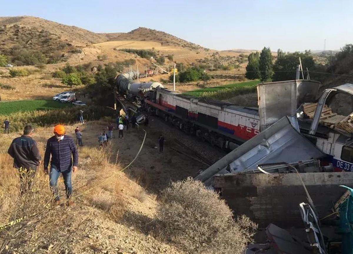 Son dakika... Yozgat'ta 2 yük treni çarpıştı!