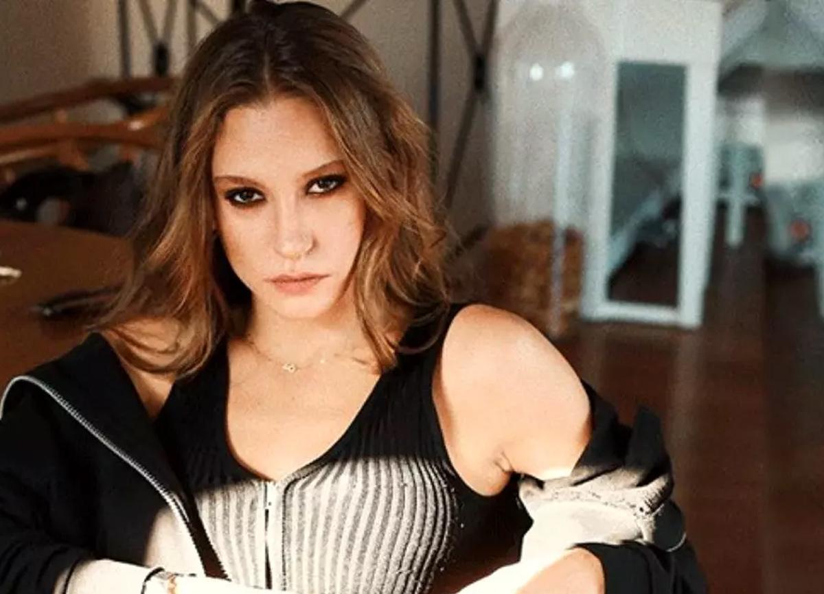 Serenay Sarıkaya'nın sahte isimle estetik olduğu iddialarına yalanlama geldi