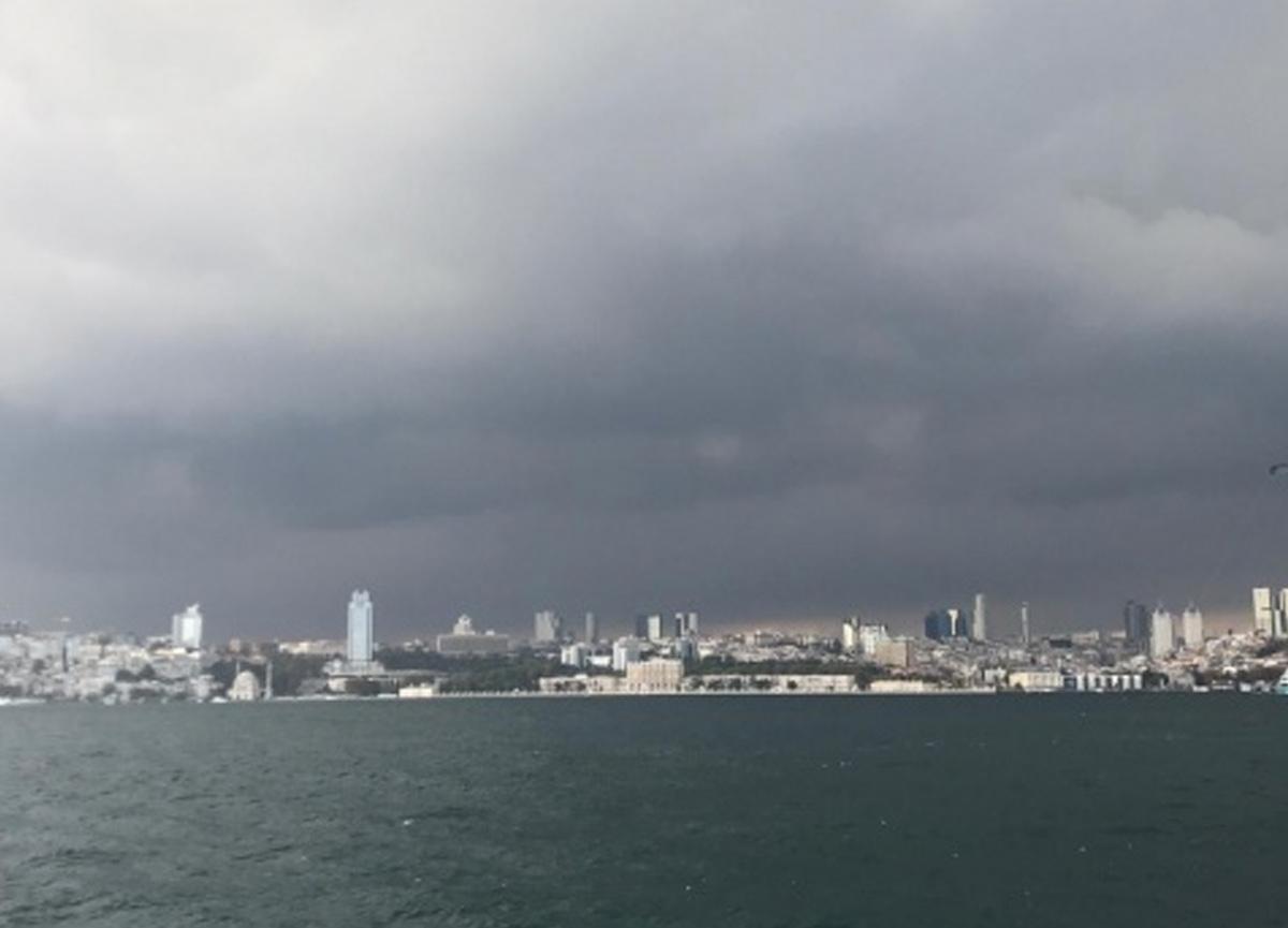 İstanbul'da gökyüzünü kara bulutlar sardı