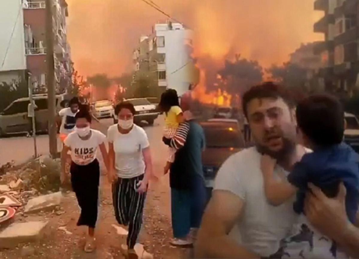 Hatay'daki yangından korkunç görüntüler! Vatandaşlar can havliyle kaçtı...