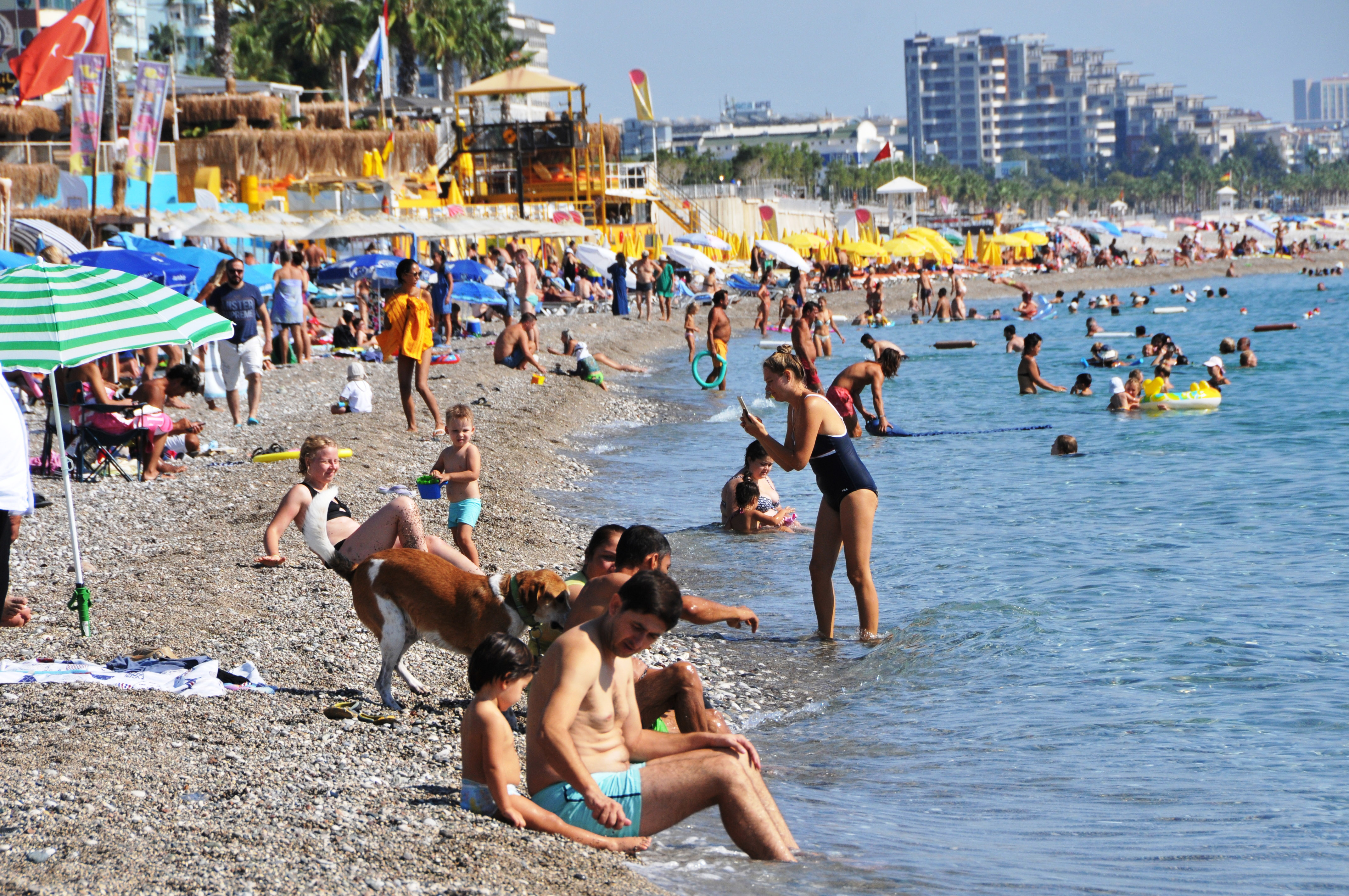 Deniz suyu havadan sıcak olunca, Konyaaltı Sahili doldu