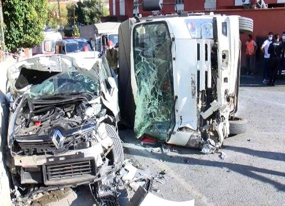 Kamyonet gelin arabasına çarptı, 4 kişi yaralandı