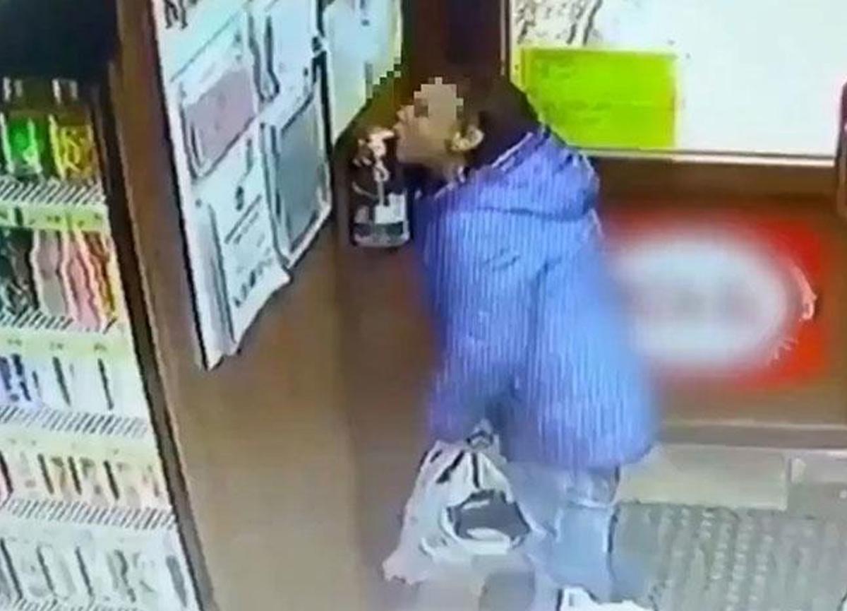 Rusya'da markette şoke eden olay! Su içer gibi dezenfektan içti...