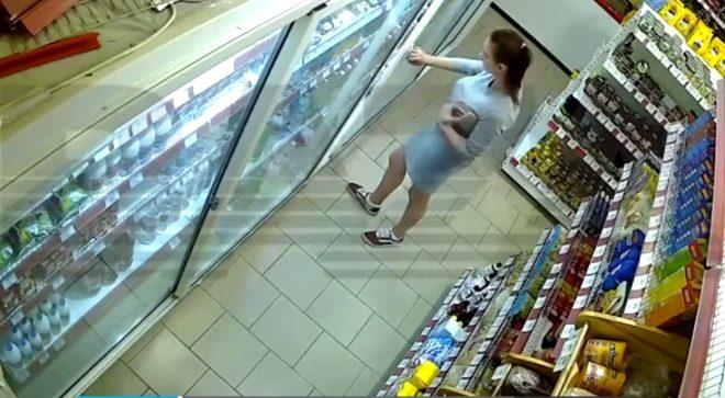 Kadın hırsız, kaşla göz arasında iç çamaşırına neler sığdırdı neler