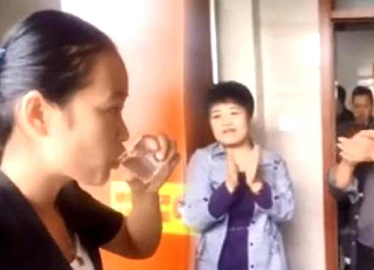 Temizlik firmasında çalışan bir kadın işini iyi yaptığını kanıtlamak için tuvaletten su içti