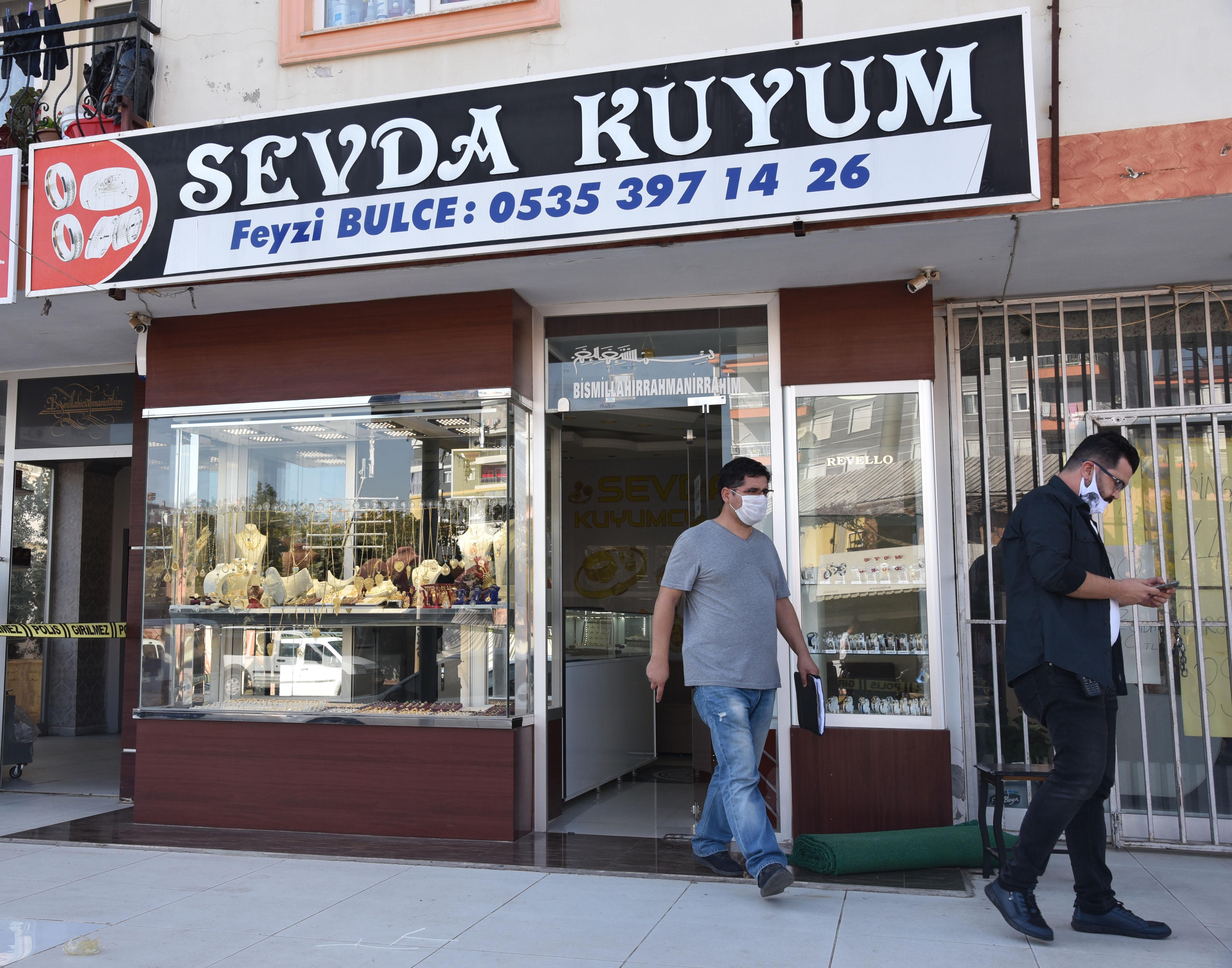 Antalya'da akılalmaz soygun! Kolunda kelepçe, boynunda koli bandıyla...