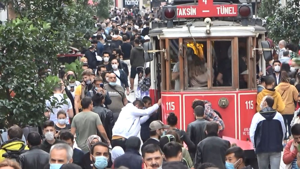 Yağış sonrası Taksim'e akın ettiler! Maske takmayan bile var