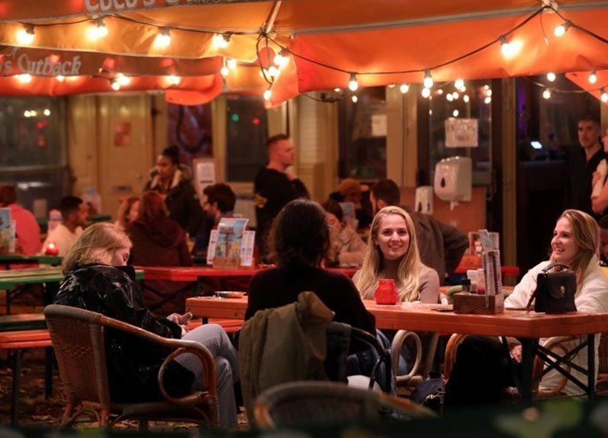Kafe ve barlar kapatıldı gençler otellere akın etti: 'Tüyler ürpertici' şeyler yapıyorlar