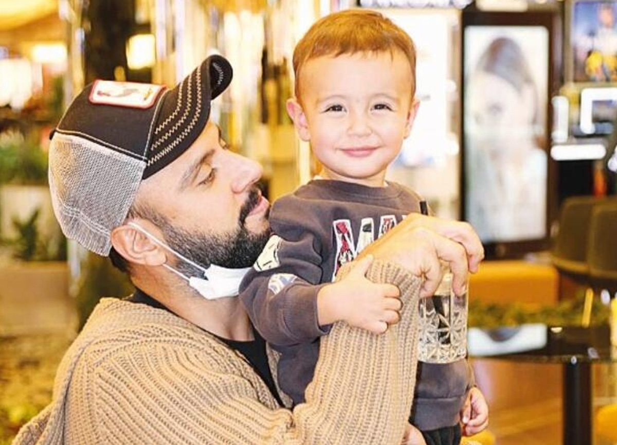 Şarkıcı Alişan oğlu Burak ile objektiflere poz verdi