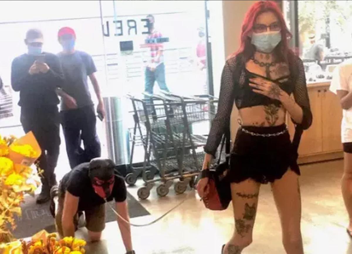 Süper markette şoke eden olay! Partnerine tasma takıp gezdirdi...