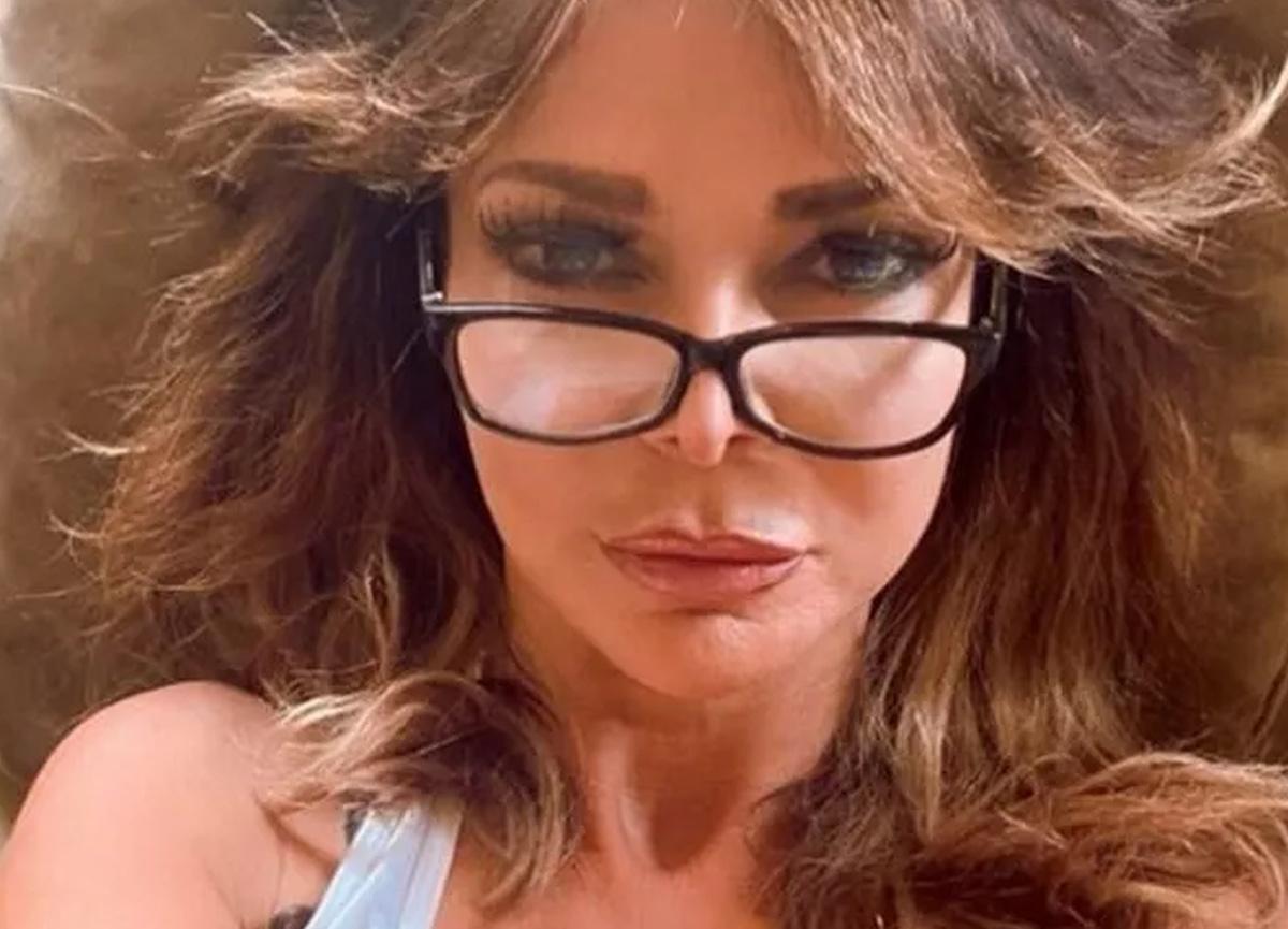Televizyon yıldızı Lizzie Cundy, maskeden yaptığı bikiniyle sosyal medyayı karıştı