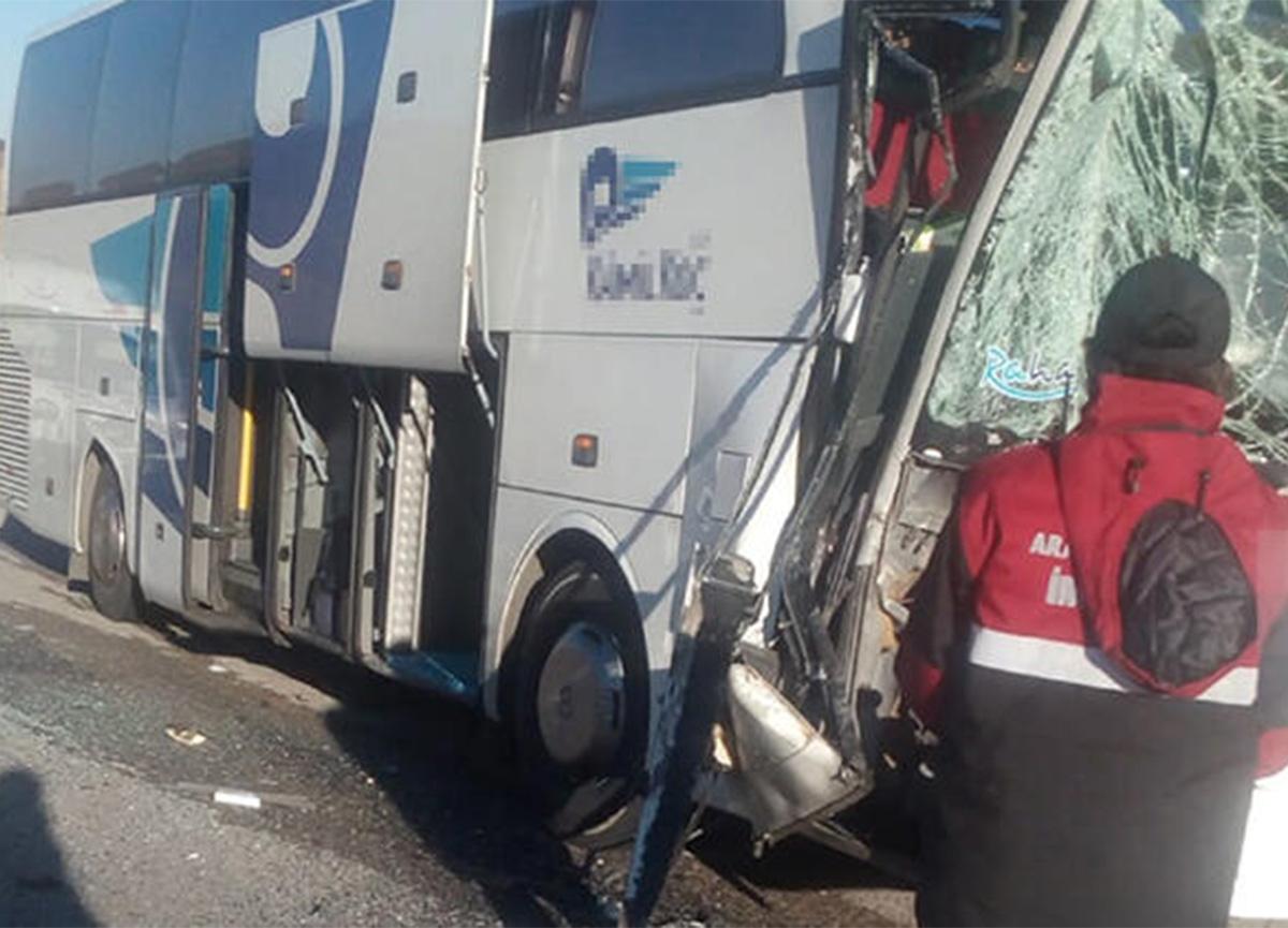 Sivas'ta yolcu otobüsü ile TIR çarpıştı!