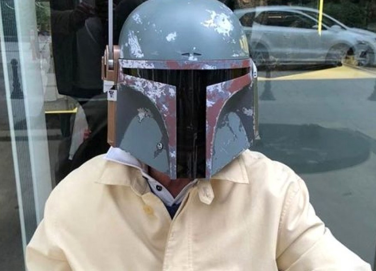 Maske takmayı reddeden Kaya Çilingiroğlu, maske yerine kask taktı