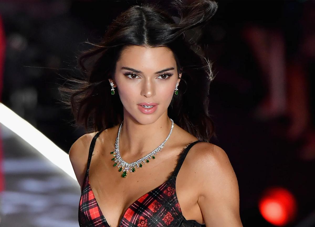 Kendall Jenner tanga bikinisiyle adeta yürek hoplattı!