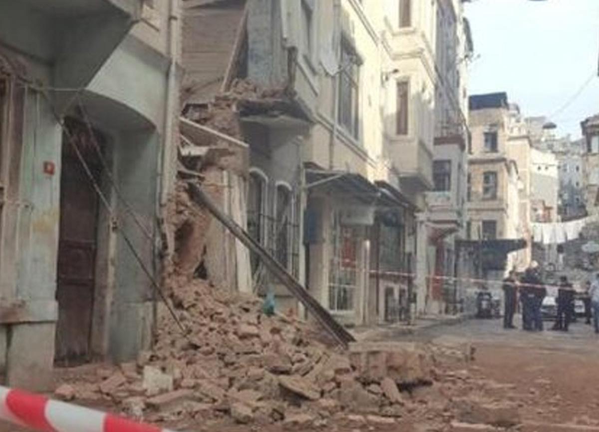 İstanbul Beyoğlu'nda bilinmeyen bir sebepten dolayı bina çöktü!