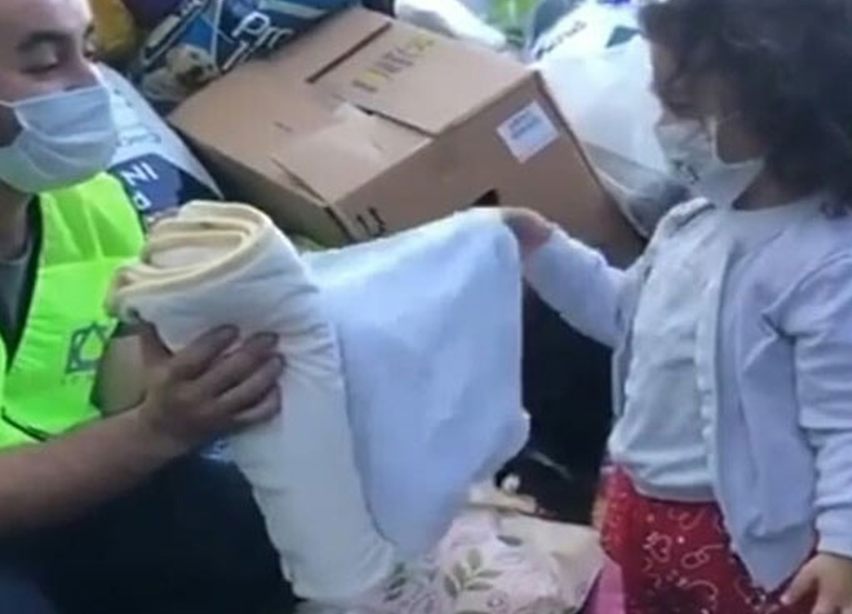 4 yaşındaki çocuğun battaniyesini depremzedelere verdiği anlar görenleri duygulandırdı