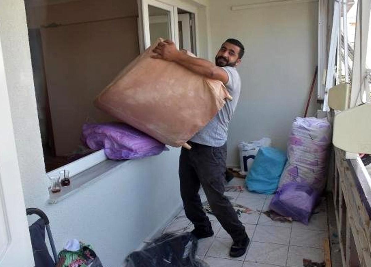 Evleri hasar gören depremzedeler evlerini boşaltmaya başladı