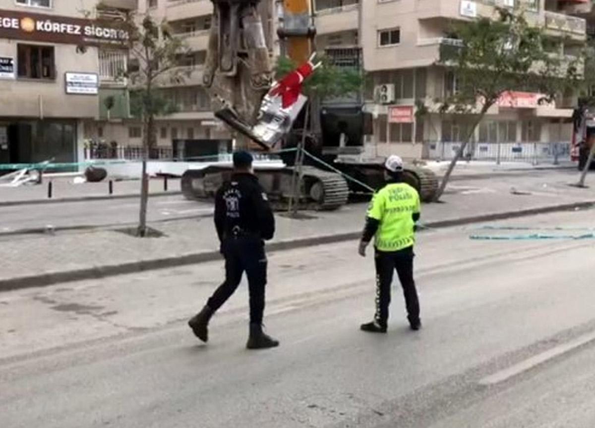 İzmir'deki bina yıkımlarında bayrak hassasiyeti! Operatör alkış aldı
