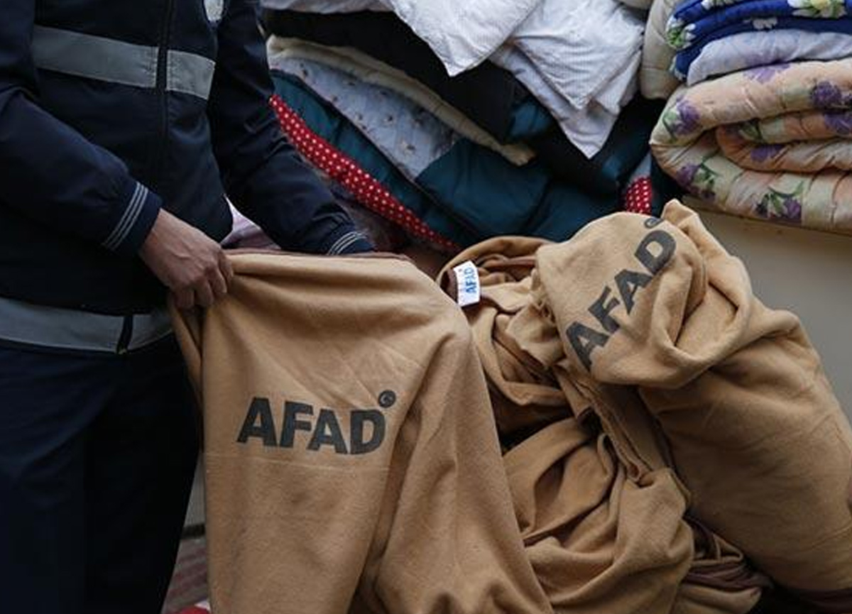 İzmir'de ekipler, depremzedeler için getirilen ve işportada satıldığı belirlenen battaniyelere el koydu