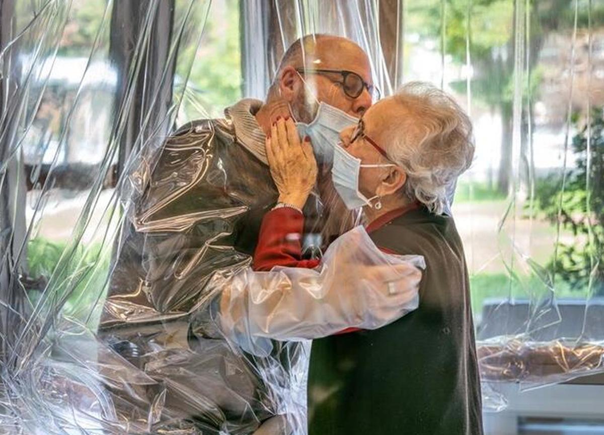 İtalya'daki bir huzurevinde, koronavirüse karşı 'Sarılma Odası' kuruldu