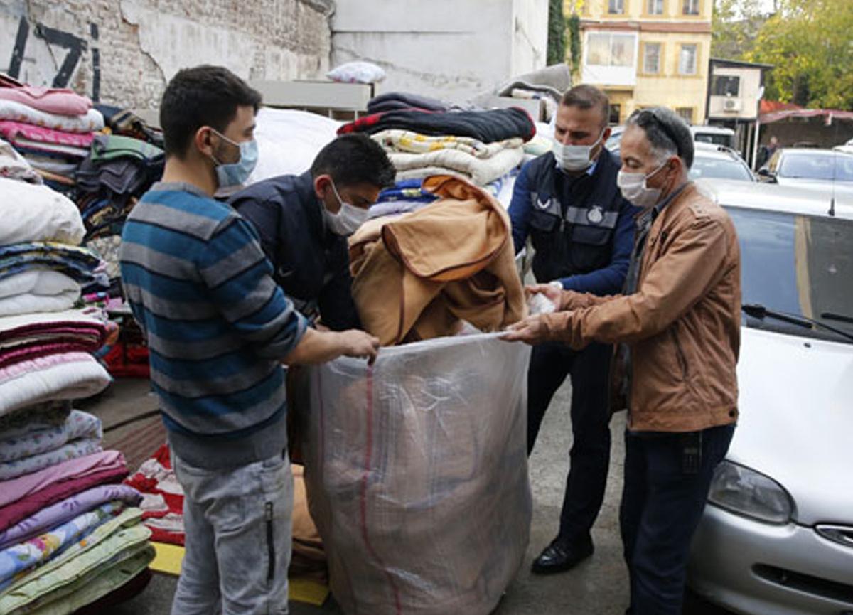 Depremzedelerin battaniyelerini satmışlar! İşportadan toplandı...